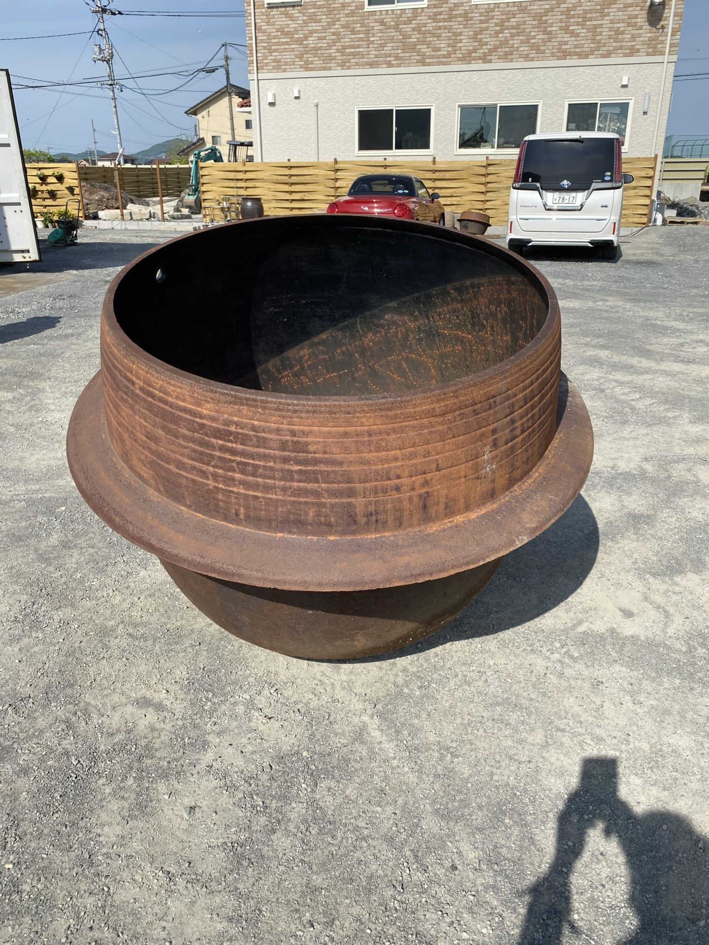 【レーザ事業部】 鋳物でサビだらけの大釜をレーザでサビ落としをすると、こんな色に!