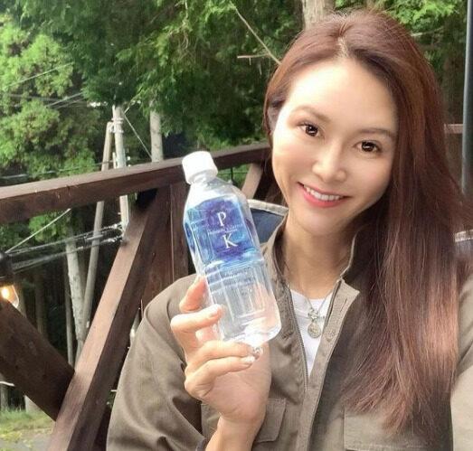 プレミアム解離水は、モデルでインフルエンサーでもある 村岡ゆかり さんにも愛飲されています!